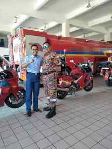 Ustaz Anas bergambar bersama-sama pegawai yang melatih