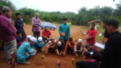 Guru dan rakan Ting. 5 menziarahi pusara Allahyarham Muhammad Ayyub bin Md Sam